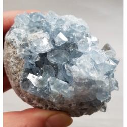 Celestien met vele kristallen rondom, 789 gram